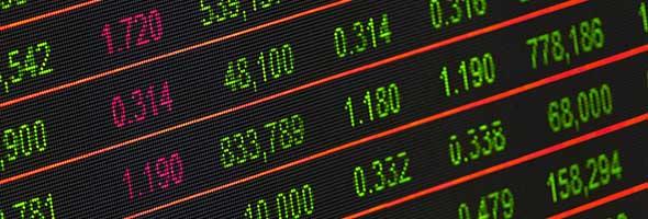 goudkoers uitgebeeld door getallen op bord beurshandel