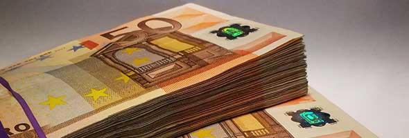 goud verkopen voor contant geld uitgebeeld door stapels 50 euro briefjes