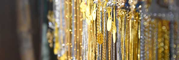 oude gouden sieraden verkopen uitgebeeld door gouden kettingen